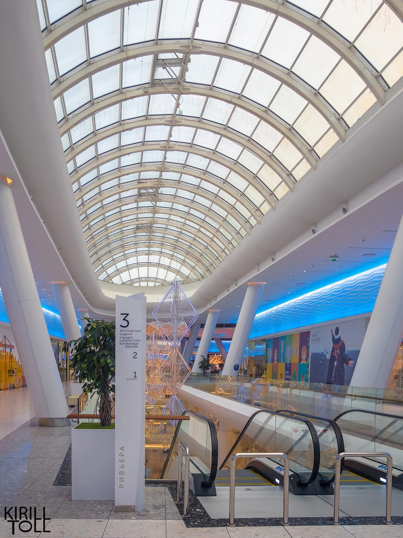 Galleries of shopping centers. Interior photography.